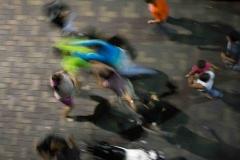 Una técnica muy usada por la banda del callejón, es generar peleas con los transeúntes y mientras varios golpean a la víctima, otros lo despojan de sus pertencias.